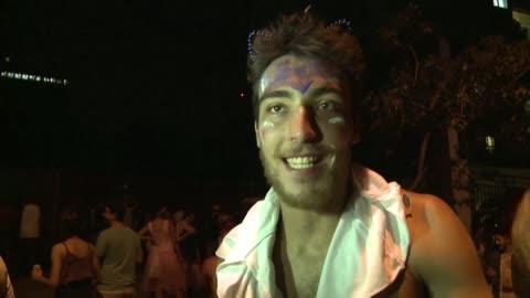 stockvideo's en b-roll-footage met hundreds of thousands of festivalgoers party it out sunday night at sao paulo's largest street carnival - festivalganger