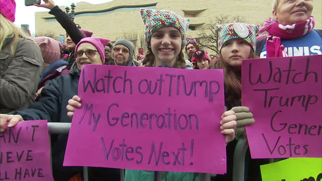 vidéos et rushes de hundreds of thousands of people rallied together around the world in the women's march as a show of solidarity against new u.s. president donald... - montrer