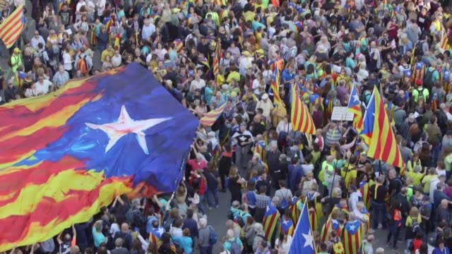 vídeos de stock e filmes b-roll de hundreds of thousands of pro independence demonstrators gather in barcelona near the catalan parliament reportedly at the request of the catalan... - independência