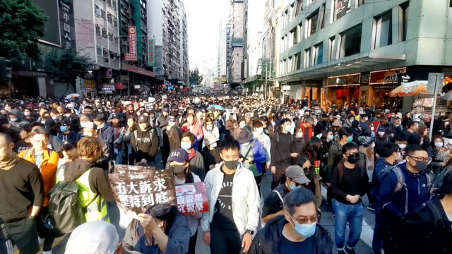 hundreds of thousands of protesters are seen taking to the streets in hong kong on dec 8 in the largest demonstration in several months coming after... - 繁栄点の映像素材/bロール