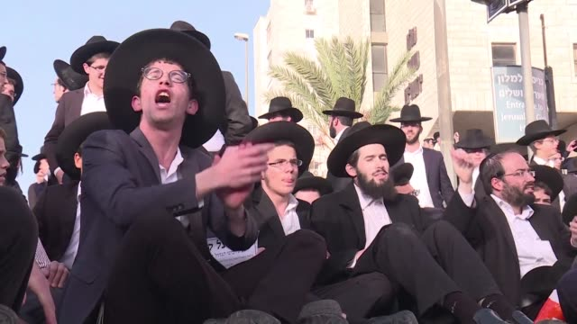 hundreds of ultra orthodox jews protested thursday in jerusalem against compulsory military service clashing with security forces and paralysing... - major road bildbanksvideor och videomaterial från bakom kulisserna