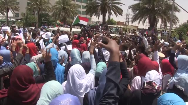 vídeos de stock, filmes e b-roll de hundreds of workers at sudan's banks and government offices participate in the second day of a two day strike that aims to pressure the military... - sudão