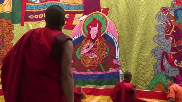 vídeos y material grabado en eventos de stock de hundreds of worshippers attend a ceremony in a monastery on the death anniversary of the tibetan buddhist lama who unified bhutan in the 17th century - lama