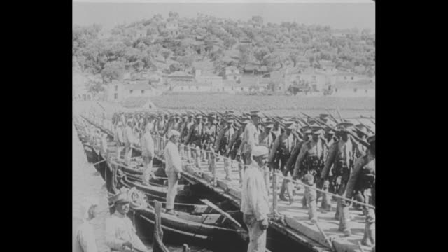 vídeos y material grabado en eventos de stock de hundreds of wwi portuguese volunteers march across a pontoon bridge in lisbon / hundreds of soldiers march in a dusty line that reaches the horizon /... - 1917