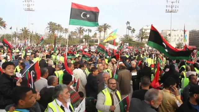 stockvideo's en b-roll-footage met hundreds of yellow vest protesters demonstrate in tripoli against an offensive by military strongman khalifa haftar on the libyan capital accusing... - libië