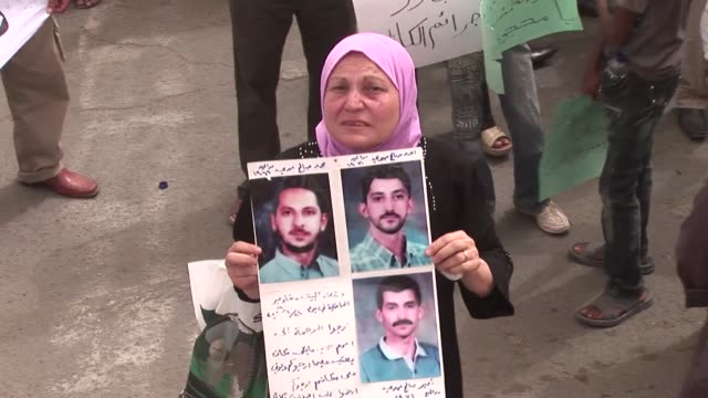 vídeos de stock, filmes e b-roll de hundreds took to the streets of iraqi cities on friday denouncing what they say was a lack of government progress after a 100day deadline set by... - bagdá