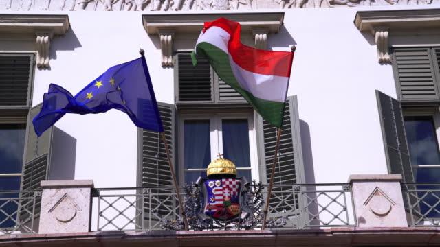 Ungarische und europäische Anschluß-Markierungsfahne winken Sándor Palast in Budapest