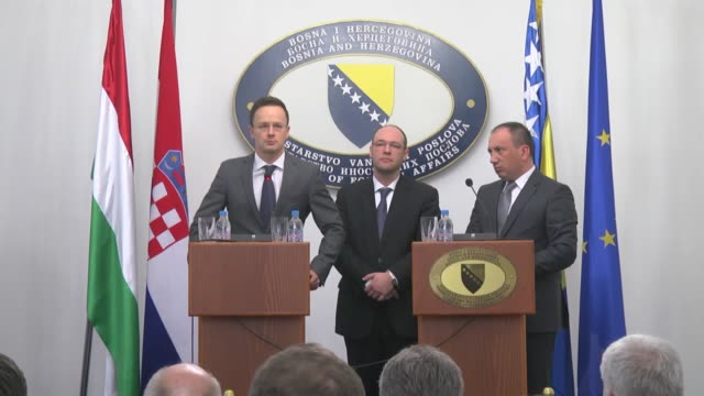 vídeos y material grabado en eventos de stock de hungarian foreign affairs and trade minister peter szijjarto and croatian foreign and european affairs minister davor ivo stier meet members of the... - eastern european culture