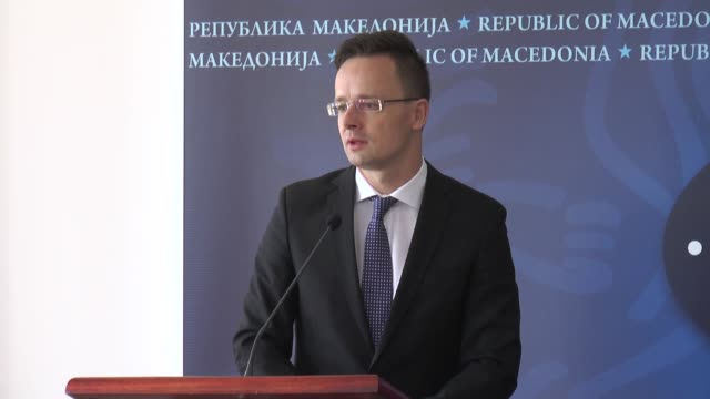 vídeos de stock, filmes e b-roll de hungarian foreign minister peter szijjarto and minister of foreign affairs of the republic of macedonia nikola poposki hold a press conference after... - república da macedônia