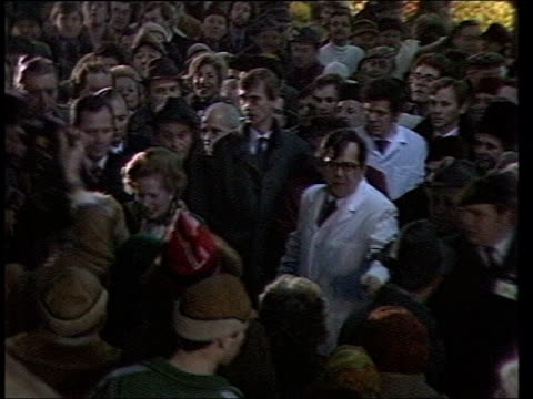 hungarian leader janos kadar visits london; inj1414 4.2.84 hungary: budapest: ext / night crowds in street market zoom in to margaret thatcher on... - ungarische kultur stock-videos und b-roll-filmmaterial