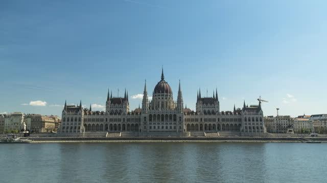 vídeos y material grabado en eventos de stock de parlamento húngaro en el día del cielo azul y el verano, budapest, vista timelapse - cultura húngara