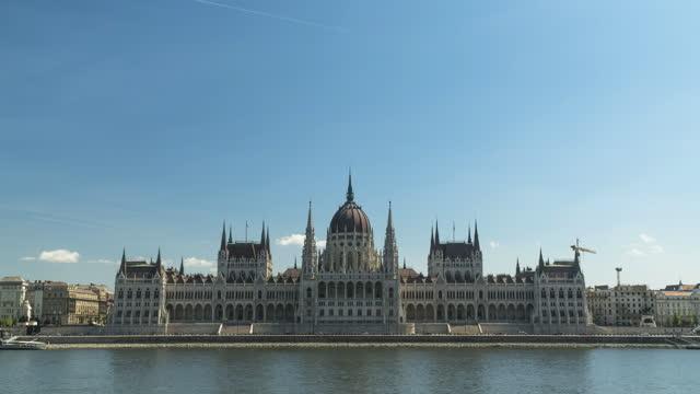 vídeos y material grabado en eventos de stock de parlamento húngaro en el día del cielo azul y el verano, budapest, vista timelapse, alejarse - cultura húngara