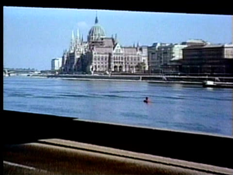 1994 ws zo pan hungarian parliament building and chain bridge in foreground/ budapest, hungary/ audio - river danube video stock e b–roll