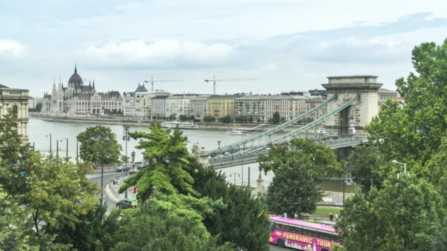 vídeos de stock e filmes b-roll de tl: hungarian parliament building and szechenyi chain bridge - ponte das correntes ponte suspensa