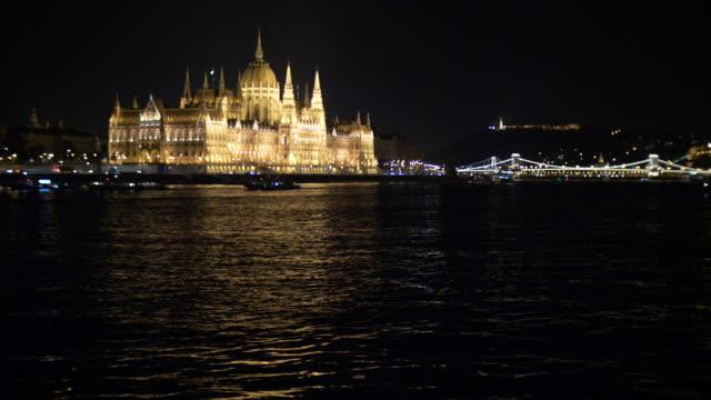 vidéos et rushes de parlement hongrois pendant la nuit, à budapest - pont à chaînes pont suspendu