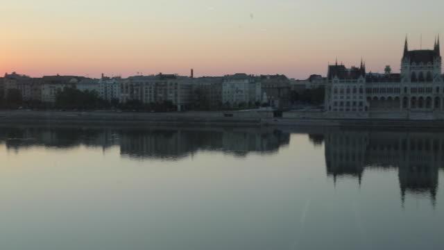 vidéos et rushes de hungarian parliament building & river danube at daybreak, budapest, hungary, europe - culture hongroise