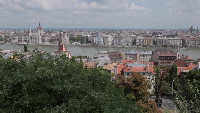 vidéos et rushes de hungarian parliament, chain bridge & river danube from fishermen's bastion (halaszbastya) - pont à chaînes pont suspendu