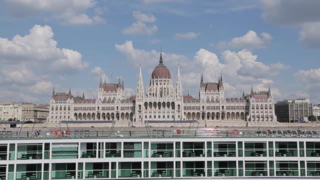 hungarian parliament & river danube cruise boat, budapest, hungary, europe - ungersk kultur bildbanksvideor och videomaterial från bakom kulisserna