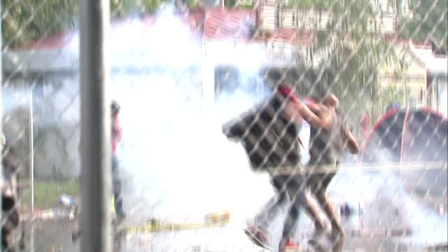 hungarian police fire tear gas and water cannon indiscriminately at crowds of refugees - after they broke through wire fences and hurled rocks at the... - serbien stock-videos und b-roll-filmmaterial
