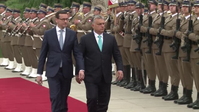 vídeos de stock e filmes b-roll de hungarian prime minister viktor orban meets his polish counterpart mateusz morawiecki in warsaw for the first foreign visit of his new term - cultura húngara
