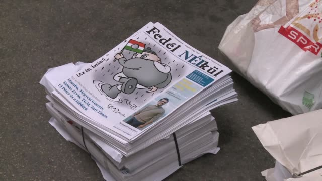 vídeos y material grabado en eventos de stock de a hungarian street newspaper publishes a special edition including a section produced by journalists from a top political daily which was... - cultura húngara