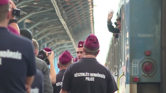 vídeos de stock e filmes b-roll de hungarian train bound for towns near the austrian border with several hundred migrants onboard is stopped near one of the countrys four main refugee... - cultura da europa de leste