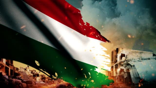 vídeos de stock, filmes e b-roll de bandeira de hungria 4k - crise / guerra / fire (loop) - cultura húngara