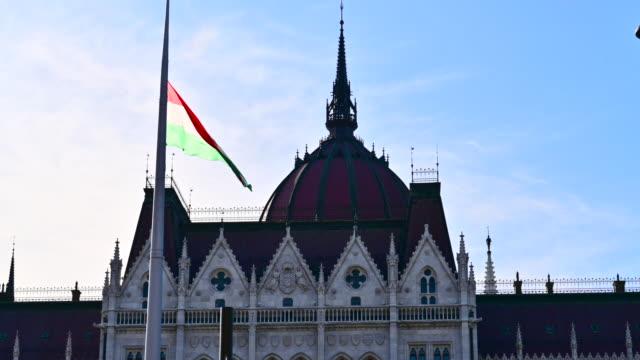vidéos et rushes de drapeau de hongrie sur le bâtiment de parlement à budapest - culture hongroise