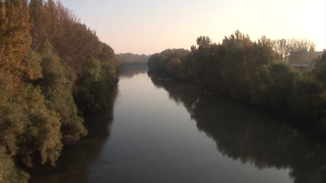 vídeos de stock e filmes b-roll de hungary's toxic sludge spill reached the danube river thursday after wiping out all life in at least one smaller waterway, officials said. gyor,... - rio danúbio