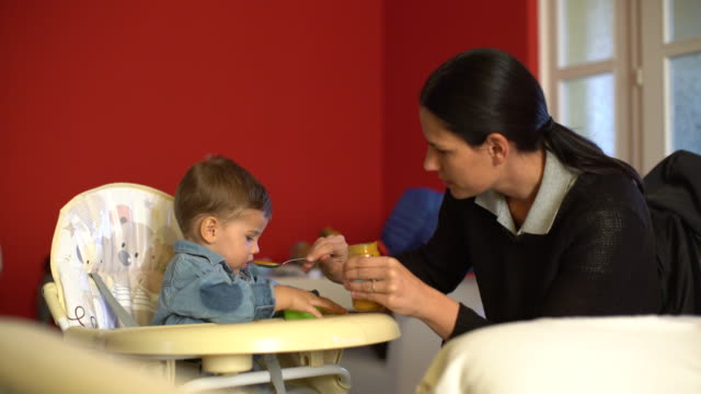 vídeos de stock, filmes e b-roll de bebê com fome - comida de bebê
