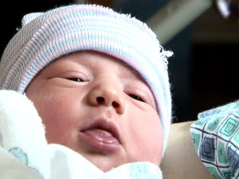 vídeos de stock, filmes e b-roll de fome bebê recém-nascido - roupa de bebê