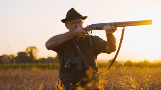 vidéos et rushes de chasseur visant son fusil de chasse - viser