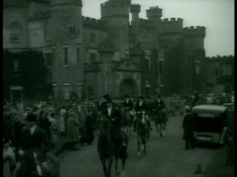 hunters in traditional clothing on horseback w/ estate bg hounds trained dogs walking among walking horses two english gentlemen standing in front of... - inghilterra video stock e b–roll