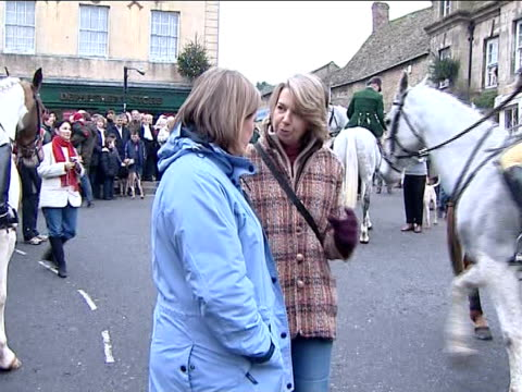 vídeos de stock e filmes b-roll de boxing day hunt heythrop hunt in oxfordshire england oxfordshire chipping norton ext heythrop hunt members on horseback gathered for meet in town... - chipping norton england