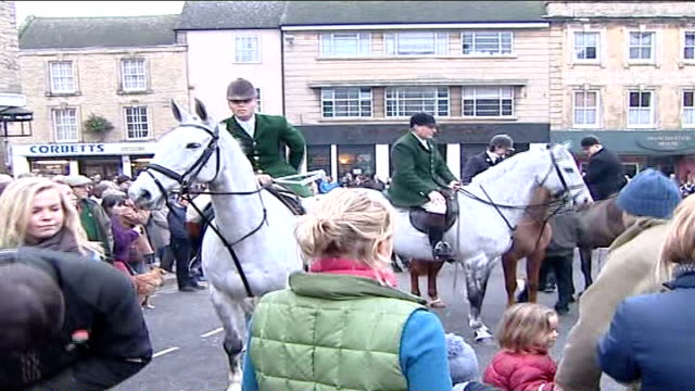 vídeos de stock e filmes b-roll de boxing day hunts take place england oxfordshire chipping norton ext crowds of people gathered outside the fox hotel pack of hunting hounds gathered... - chipping norton england