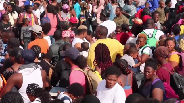 survivors desperate to be evacuated the bahamas great abaco island marsh harbour ext various shots of crowd of people waiting at port for evacuation... - anweisungen konzepte stock-videos und b-roll-filmmaterial