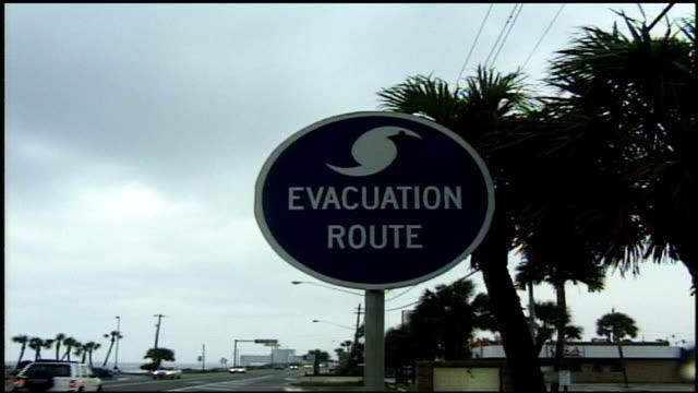 hurricane evacuation route sign in panama city, florida - hinweisschild stock-videos und b-roll-filmmaterial