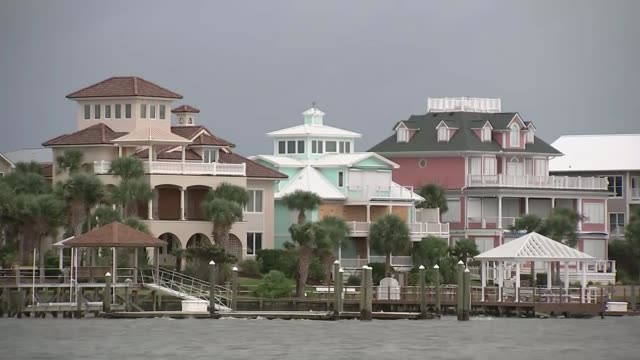 vídeos de stock, filmes e b-roll de lifethreatening storm approaches the us coast usa north carolina wilmington ext various of houses along the waterfront reporter to camera sot - wilmington carolina do norte