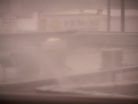vídeos y material grabado en eventos de stock de hurricane force winds batter gulfport, just after sunrise as hurricane katrina approaches the mississippi gulf coast. - gulf coast states
