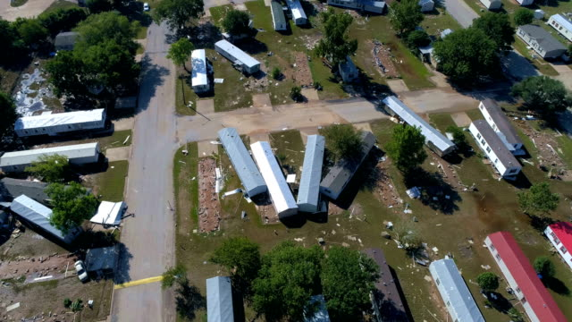 vídeos de stock e filmes b-roll de hurricane harvey hits small town of la grange , texas and massive destruction below as aerial drone flys over the damage - estados da costa do golfo