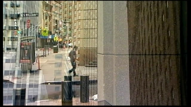 new yorkers urged to flee city; ext almost deserted downtown streets reporter to camera in deserted lower manhattan street - itv weekend late news点の映像素材/bロール