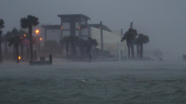 vidéos et rushes de hurricane sally strikes the gulf shores of alabama, united states with a destructive storm surge and winds of over 100 mph on september 16, 2020. - gulf coast states
