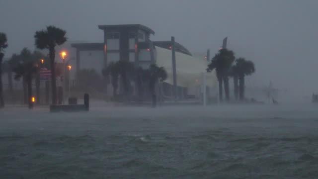 vídeos y material grabado en eventos de stock de hurricane sally strikes the gulf shores of gulf shores, alabama - united states with a destructive storm surge and winds of over 100 mph on september... - gulf coast states