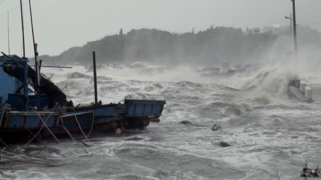 hurricane storm surge waves crash into harbor - hurrikan stock-videos und b-roll-filmmaterial