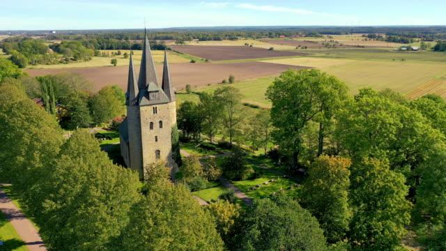 vídeos de stock e filmes b-roll de husaby christian church sweden fly over - por volta do século 11 dc