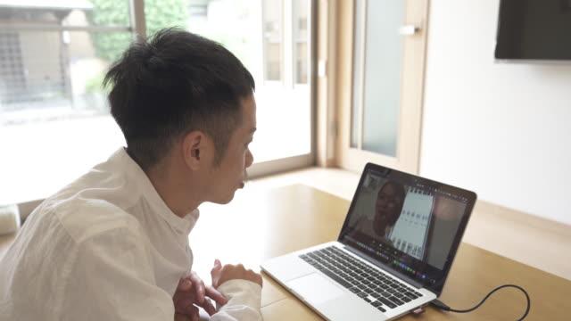 husband and wife are connected via video call using a laptop pc. - fastknäppt skjorta bildbanksvideor och videomaterial från bakom kulisserna