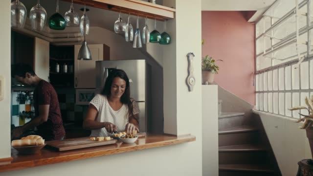 夫と妻はラ・ picada を作っている-伝統的なアルゼンチン料理 (スローモーション) - アルゼンチン文化点の映像素材/bロール