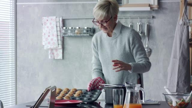 vidéos et rushes de mari et femme cuisinant et préparant la nourriture ensemble - quinquagénaire