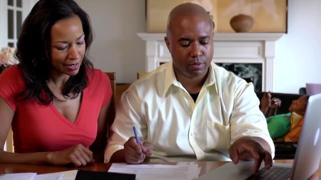 vídeos de stock, filmes e b-roll de marido e esposa documentos a discutir importante - batendo com a cabeça na parede