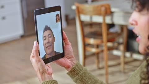 man och hustru talar över en videocall - boningsrum bildbanksvideor och videomaterial från bakom kulisserna